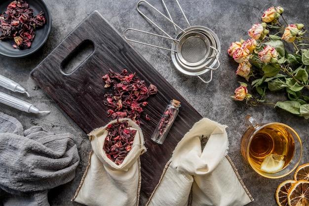 Dienblad met kruid op tafel