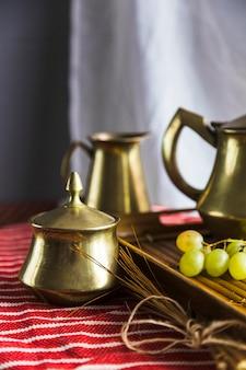 Dienblad van moorse thee met druiven