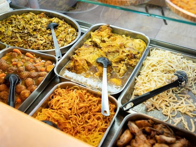 Dienbladen met afhaalmaaltijden, close-up assortiment voedsel