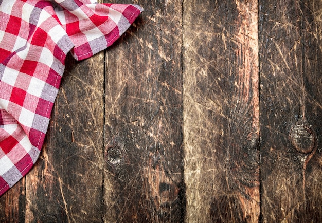Dienende achtergrond. textiel servet. op een houten tafel.