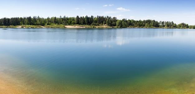 Diep bosmeer met helder water en zandbodem