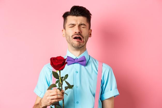 Diepbedroefde man in grappige vlinderdas huilen om vriendin