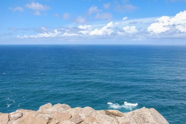 Diepblauw water van de atlantische oceaan. kaap cabo da roca, sintra. lissabon, portugal.