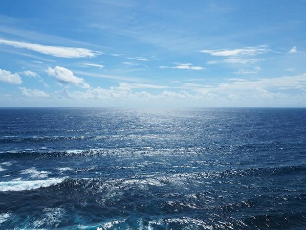 Diepblauwe oceaanmening met duidelijke hemel in zonnige dag. glinsterende zee in bali, indonesië.