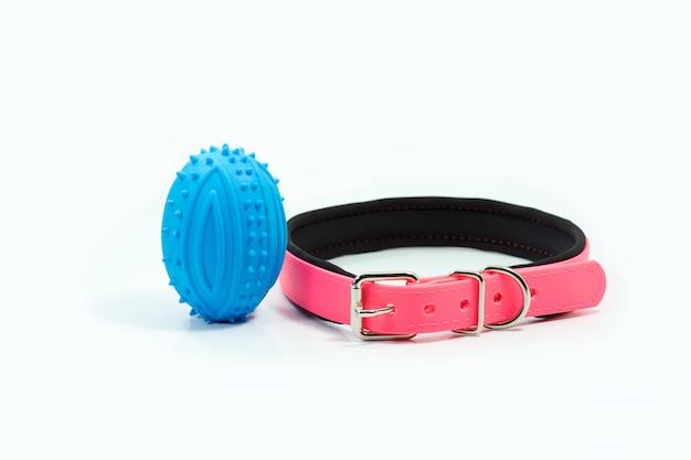 Dierbenodigdheden over halsbanden en rubber speelgoed voor huisdieren