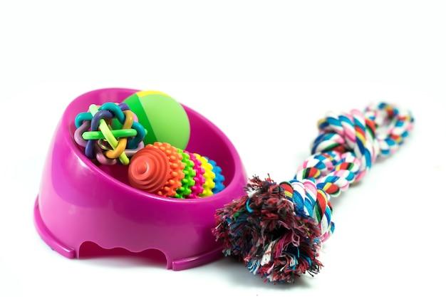 Dierbenodigdheden set over kom, touw, rubber speelgoed voor hond of kat op witte achtergrond