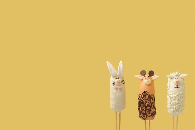 Dierenfiguren bevinden zich in de rechteronderhoek van de gele achtergrond
