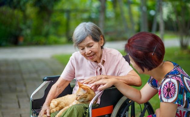 Dierentherapie voor ouderen. huisdieren maken patiënten gezonder en gelukkiger.