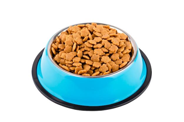 Dierlijk voedsel in metalen blauwe kom isolaat