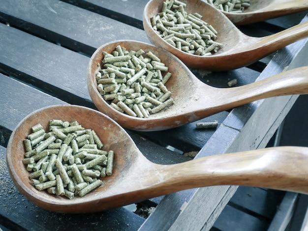 Diervoeding in houten lepel voor landbouwhuisdieren