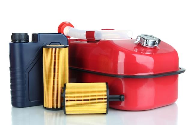 Diesel en olie jerrycans geïsoleerd op wit