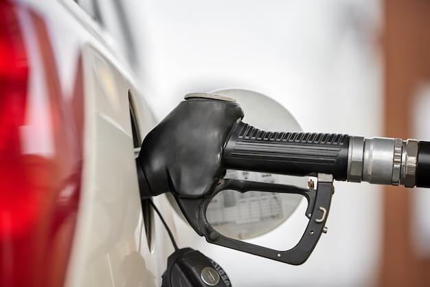 Diesel in de tank pompen