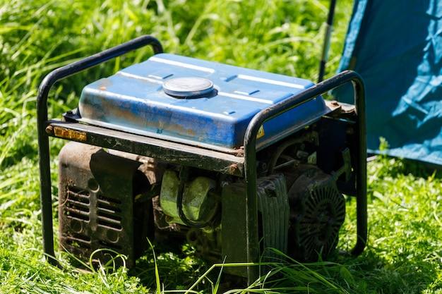 Dieselgenerator staat op het gras naast de tent. hoge kwaliteit foto