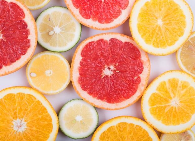 Differents citrus gesneden in hald