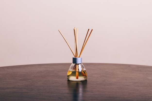 Diffuus aroma op een houten tafel