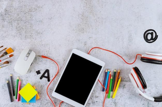 Digitaal apparaat voor school videochat concept.