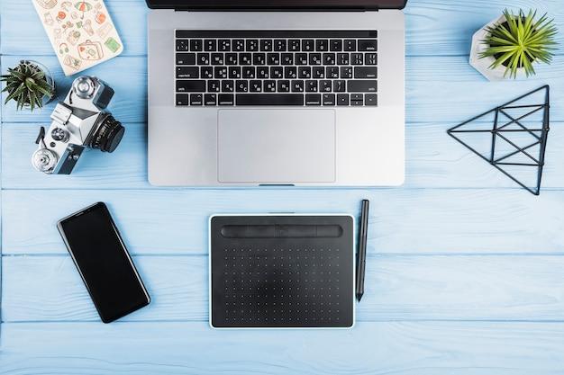 Digitaal arrangement met bureau-inrichting