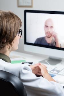 Digitaal gezondheidsconcept: praktiserend arts die online een afspraak heeft met een patiënt. arts die een persoon raadpleegt door middel van een webconferentiesysteem