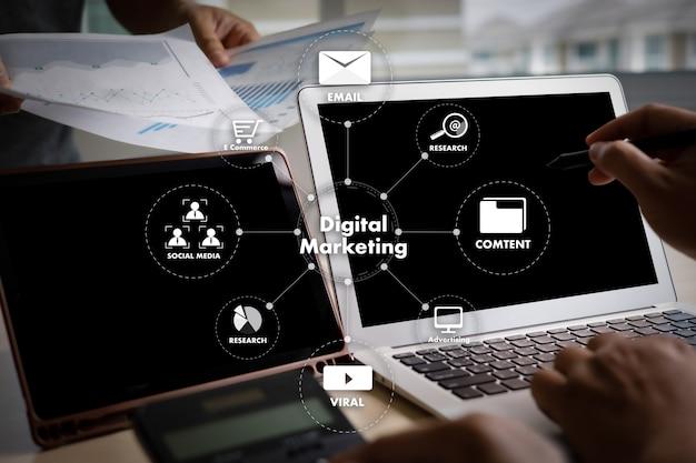 Digital marketing nieuw opstartproject millennials zakelijk team handen aan het werk met financiële rapporten en een laptop