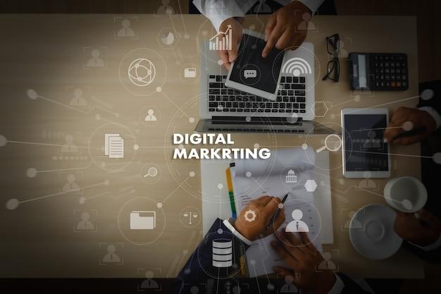 Digital marketing nieuw startproject millennials business team handen aan het werk met financiële rapporten en een laptop