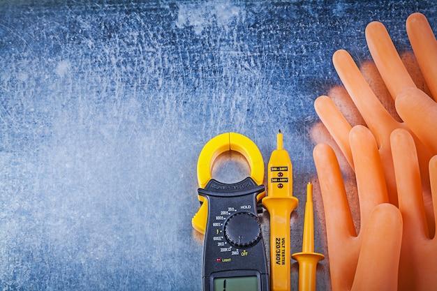 Digitale ampèremeter elektrische tester diëlektrische rubberen handschoenen op metalen tafel