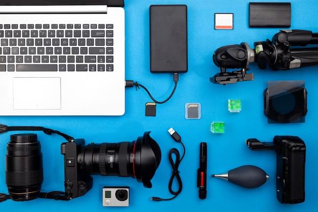 Digitale camera met lenzen en uitrusting van de professionele fotograaf