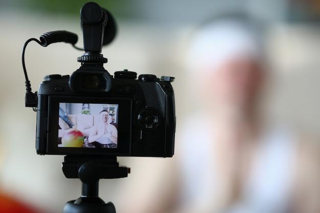 Digitale camera professionele yoga man vlog fotograferen