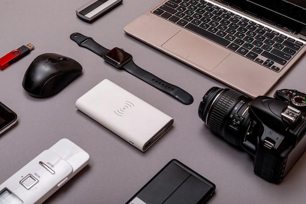 Digitale camera, usb met externe harde schijf of batterij en uitrusting van de professionele fotograaf. designer werkplekconcept.