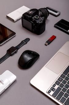 Digitale camera, usb met externe harde schijf of batterij en uitrusting van de professionele fotograaf op grijs papier