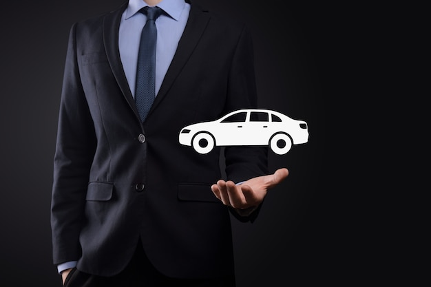 Digitale composiet van man met auto icoon. auto auto verzekering en auto diensten concept. zakenman met het aanbieden van gebaar en icoon van auto.