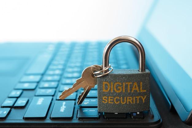 Digitale computerbeveiliging en netwerkbeschermingsconcept hangslot en sleutel
