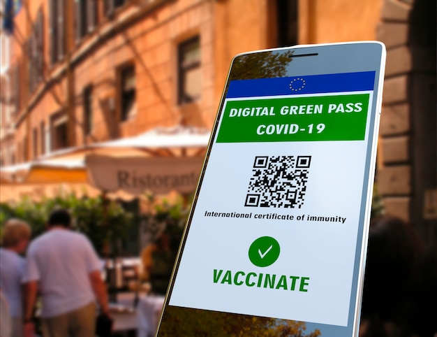 Digitale groene pas van de europese unie met qr-code op het scherm van de mobiele telefoon, buitenrestaurantachtergrond covid-19 immuniteit. reis zonder beperkingen.