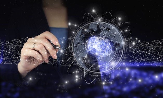 Digitale hersenen kunstmatige intelligentie. hand die digitale grafische pen houdt en digitaal hologram hersenen kunstmatige intelligentie tekent op stad donkere onscherpe achtergrond. ai, machinaal leren