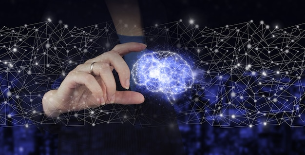 Digitale hersenen kunstmatige intelligentie. hand houden digitale hologram brain teken op stad donkere onscherpe achtergrond. kunstmatige intelligentie ai.