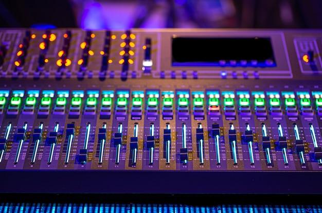 Digitale mixer in een opnamestudio. werk met geluid. concept van creativiteit en showbusiness.