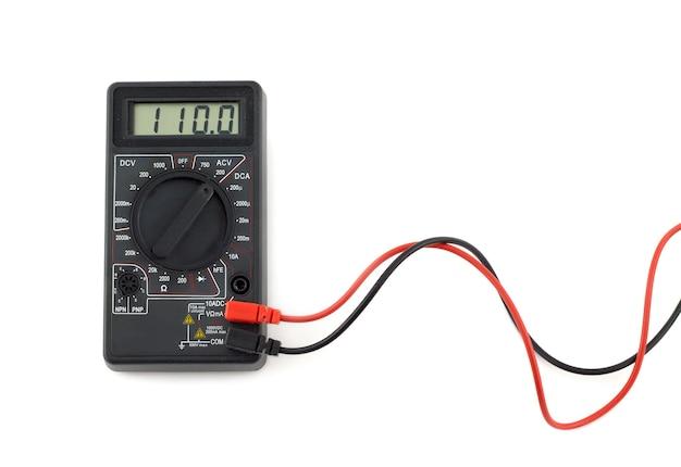 Digitale multimeter met rode en zwarte draden geeft 110 volt weer op het lcd-scherm. elektronische multimeter die op witte close-up wordt geïsoleerd als achtergrond