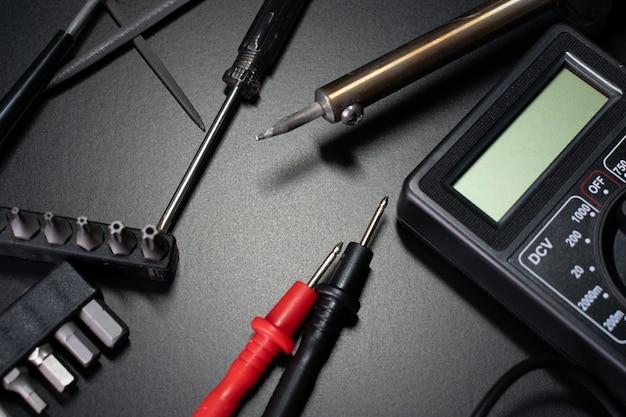 Digitale multimeter op zwarte tafel