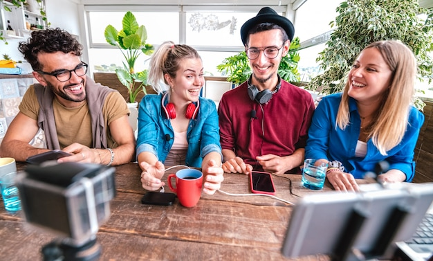 Digitale native vrienden die video delen op streamingplatform met webcamera