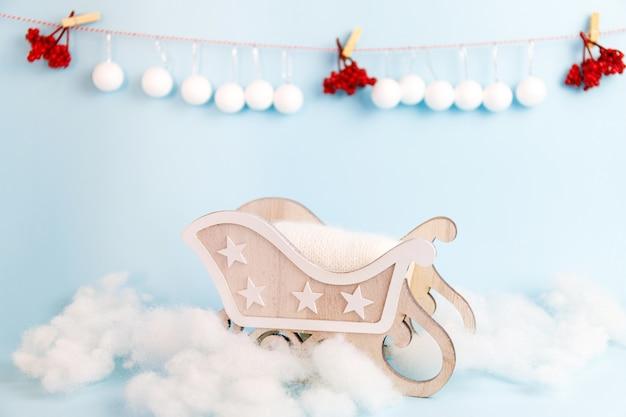 Digitale pasgeboren kerst achtergrond met houten slee