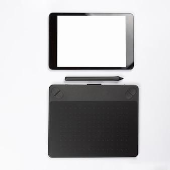 Digitale tablet en grafische digitale die tablet met naald op witte achtergrond wordt geïsoleerd