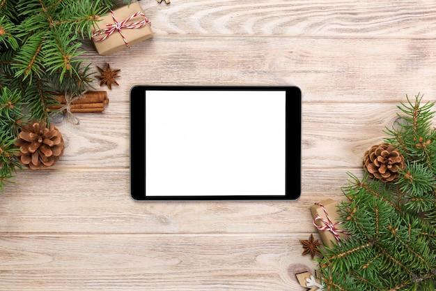 Digitale tablet met kerstversiering voor app-presentatie. bovenaanzicht