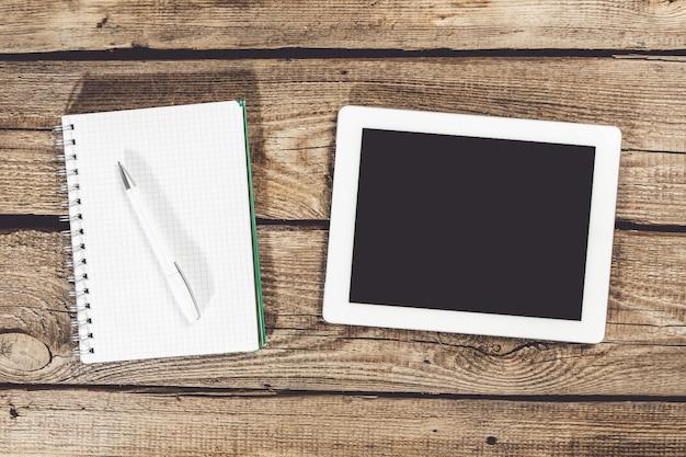 Digitale tablet met phablet en kladblok op desktop. uitknippaden inbegrepen.