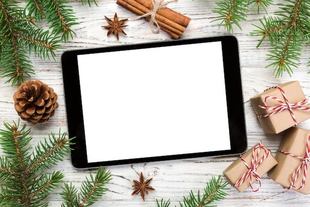 Digitale tablet met rustieke houten kerstversiering voor app-presentatie. bovenaanzicht