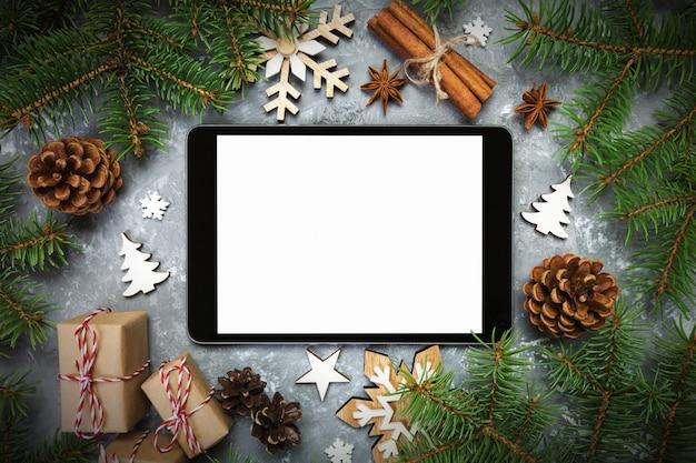 Digitale tablet met rustieke kerstmis grijze cement rustieke vintage decoraties voor app-presentatie. bovenaanzicht