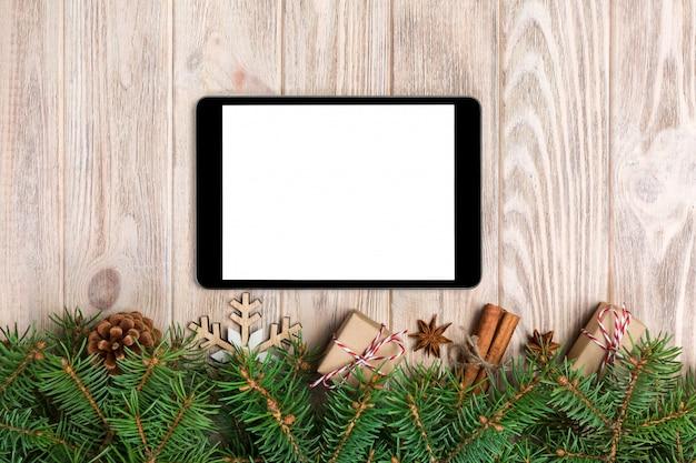 Digitale tablet met rustieke kerstversiering voor app-presentatie. bovenaanzicht