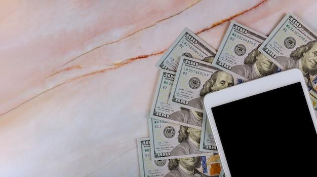 Digitale tablet met scherm in meer dan amerikaanse dollars