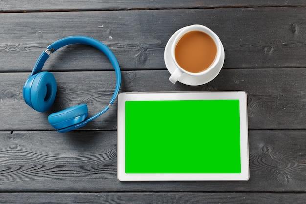 Digitale tablet op houten tafel in café met kop koffie