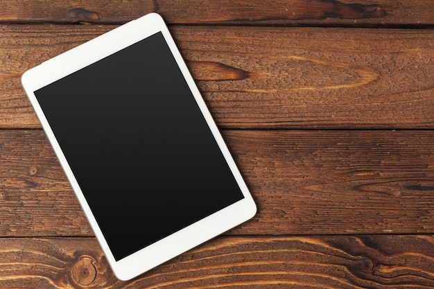 Digitale tablet op houten tafel Premium Foto