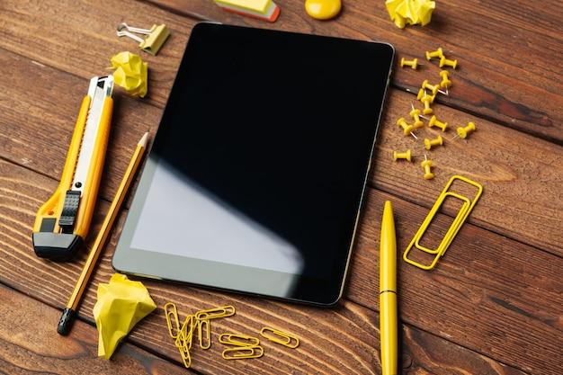 Digitale tablet op kantoor tafel