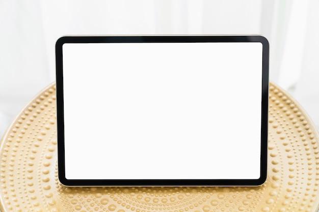 Digitale tablet op tafel en het scherm is leeg, kopieer ruimte